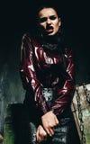 Agresywna kobieta w claret koszula i czerń omijamy Zdjęcia Royalty Free