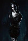 Agresywna kobieta w czerni sukni w ciemnym pokoju Obrazy Royalty Free
