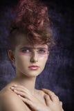 Agresywna kobieta w piękno krótkopędzie Obraz Royalty Free