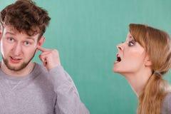 Agresywna kobieta wrzeszczy na mężczyzna Obrazy Royalty Free