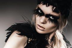 Agresywna kobieta z czerni piórkami na oczach Fotografia Stock