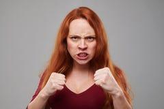 Agresywna kobieta z imbirową włosianą pozycją w protectiv Obrazy Royalty Free