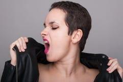Agresywna lub buntownicza młoda kobieta Obraz Stock