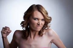 Agresywna młoda kobieta zaciska agresywną pięść Obraz Royalty Free