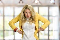 Agresywna marszczy brwi młoda blondynki kobieta Zdjęcie Royalty Free