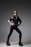 agresywna mody dziewczyna jest ubranym w zmrok skały stylu Obraz Stock