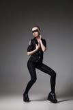 agresywna mody dziewczyna jest ubranym w zmrok skały stylu Zdjęcie Stock