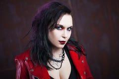 Agresywna punkowa kobieta w czerwonej skórzanej kurtce, Zdjęcia Stock