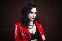Agresywna punkowa kobieta w czerwonej skórzanej kurtce, Obrazy Royalty Free