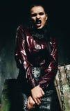 Agresywna seksowna kobieta w claret spódnicie i koszula Zdjęcie Stock