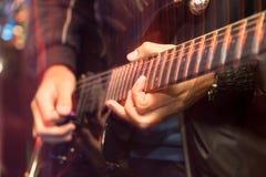 Agresywna sztuki gitara na scenie Zdjęcie Stock