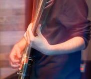 Agresywna sztuki gitara na scenie Fotografia Stock