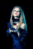 Agresywna wampir kobieta z szkłem Zdjęcie Stock
