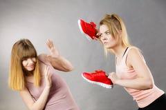 Agresywne kobiety walczy używać buty z kobietą Zdjęcie Royalty Free