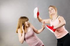 Agresywne kobiety walczy używać buty z kobietą Zdjęcia Royalty Free