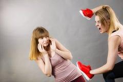 Agresywne kobiety walczy używać buty z kobietą Obraz Stock