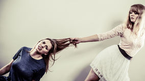 Agresywne szalenie kobiety walczy each inny Zdjęcie Stock