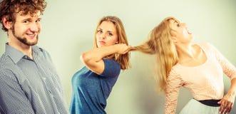 Agresywne szalenie kobiety walczy nad mężczyzna Obrazy Royalty Free