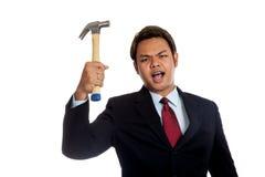 Agresywnego Azjatyckiego biznesmena gniewny chwyt młot Obraz Royalty Free