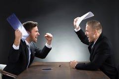 Agresywni Młodzi biznesmeni Dyskutuje Przy biurkiem Zdjęcie Stock