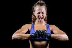 Agresywny żeński bokser napina mięśnie Obrazy Stock