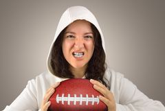 Agresywny żeński futbolu amerykańskiego gracz Obraz Stock