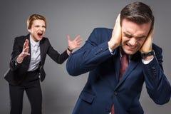 agresywny żeński szef wrzeszczy przy przelękłym biznesmenem, obrazy stock