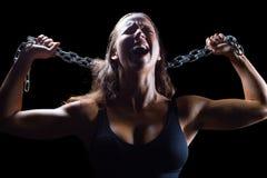 Agresywny żeńskiej atlety mienia łańcuch Zdjęcie Royalty Free