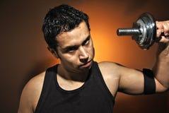 Agresywny atlety szkolenie z dumbbells Zdjęcie Stock