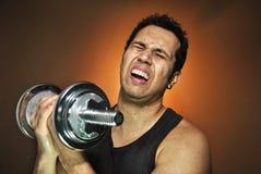 Agresywny atlety szkolenie z dumbbells Zdjęcia Stock