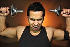 Agresywny atlety szkolenie z dumbbells Obrazy Stock