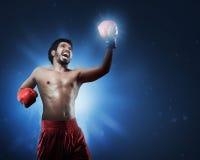 Agresywny azjatykci mężczyzna bokser trenuje miotanie poncz z rękawiczkami Fotografia Royalty Free