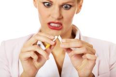 Agresywny biznesowej kobiety łamania papieros Fotografia Royalty Free