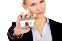Agresywny biznesowej kobiety miażdżący mały dom Obrazy Stock