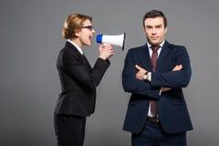 agresywny bizneswoman wrzeszczy przy biznesmenem z megafonem, Obrazy Stock