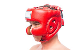 Agresywny bokser w czerwonym hełmie na bielu Obrazy Royalty Free