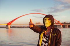 Agresywny facet w masce Fotografia Stock