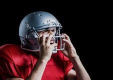 Agresywny futbolu amerykańskiego gracz trzyma jego hełm Fotografia Royalty Free