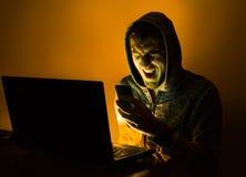 Agresywny hacker krzyczy na telefonie Zdjęcie Royalty Free