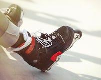 Agresywny inline rollerblader obsiadanie na rampie w skatepark Fotografia Royalty Free