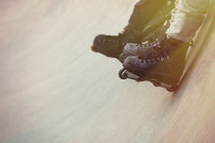 Agresywny inline rollerblader obsiadanie na rampie w skatepark Zdjęcie Stock