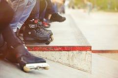 Agresywny inline rollerblader obsiadanie w plenerowym łyżwa parku Zdjęcia Stock