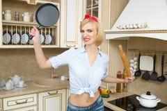 Agresywny kucharz w niecce na tle, Obrazy Royalty Free