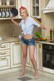 Agresywny kucharz w niecce na tle, Obraz Stock