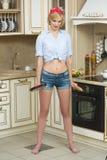 Agresywny kucharz w niecce na tle, Zdjęcia Stock