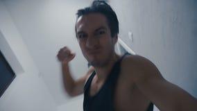 Agresywny mężczyzna krzyczy mocno i brutalnie bije łgarskiego przeciwnika zbiory wideo