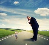 Agresywny mężczyzna krzyczy przy małą kobietą Fotografia Stock