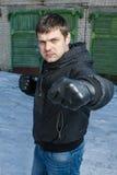 Gniewny mężczyzna uderza pięścią w ulicznej walce. Zdjęcia Royalty Free