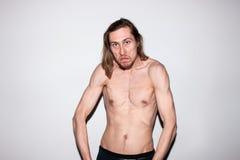 Agresywny mężczyzna pokazuje daleko jego mięśnie Zdjęcia Royalty Free