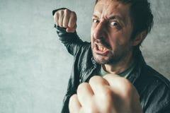 Agresywny mężczyzna uderza pięścią z pięścią, ofiary ` s pov Fotografia Stock